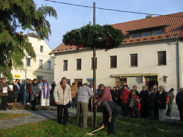 1553beacdf0 Postavitev adventnega venca v Oplotnici